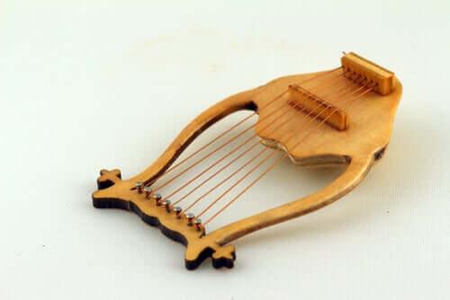 Hermesin myytin mukaan vasta muutaman päivän ikäinen siivekäs jumala keksi puolivahingossa instrumentin, joka tunnetaan tänä päivänä nimellä lyyra