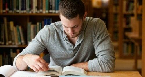 Hiljaisuudessa lukemisen tärkeys kulminoituu siihen, että pystymme samalla sekä oppimaan että sisäistämään luettavaa tietoa