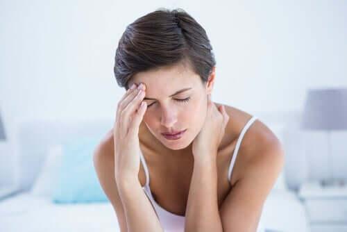 Naisen migreenin hoito lääkkein ja muilla konsteilla.