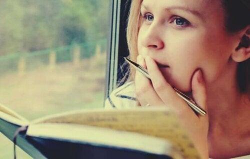Opiskelu ääneen lukemalla voi olla tehokas tapa muistaa lukemaansa.