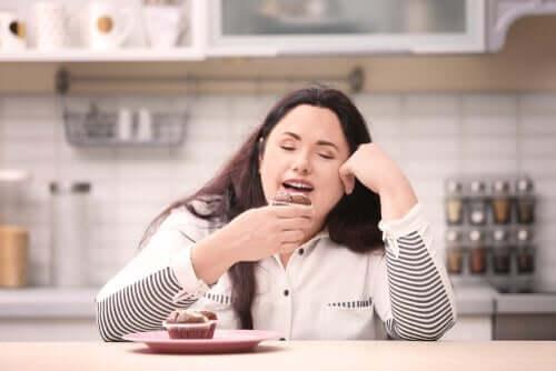 Liikalihavuus ja syyllisyys herkkuja syödessä.