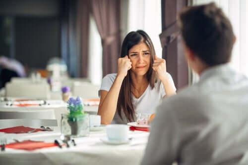 Ihmiset, jotka puhuvat ennen kuin ajattelevat, päästävät aina ilmoille sen asian, mikä heillä nousee ensimmäisenä mieleen