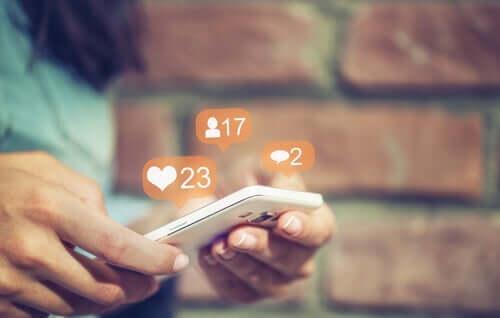 Halu teeskennellä sosiaalisessa verkostossa tykkäysten takia.