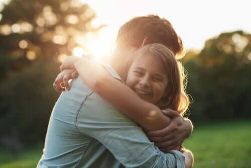 Lasten tyhjyyden ja yksinäisyyden tunteita voi ehkäistä osoittamalla heille rakkautta