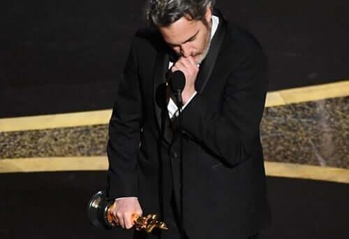 Joaquin Phoenixin lyhyt mutta liikuttava puhe sai miljoonat ihmiset ympäri maailmaa ajattelemaan