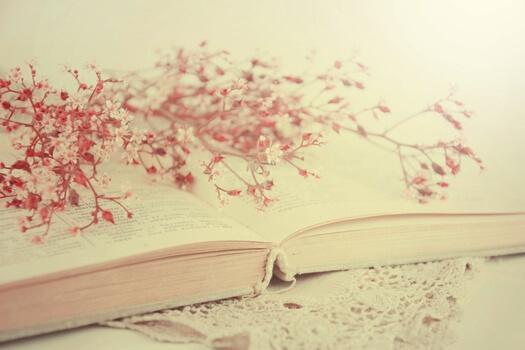 Avoin kirja ja kuivatut kukat.