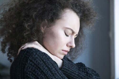 Kognitiiviset muutokset masennuksesta kärsivän ihmisen ajatuksissa saavat ihmisen näkemään maailman kuin tumman verhon takaa