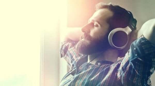 Mies kuuntelee rentouttavaa musiikkia.