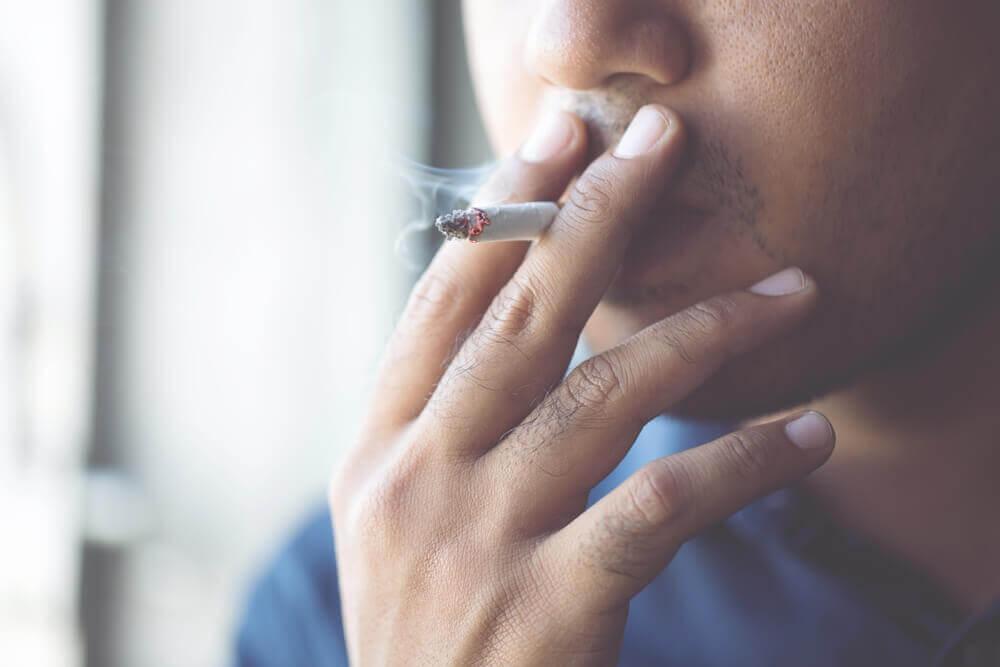 Tupakointi lisää koronaviruksen komplikaatioiden riskiä