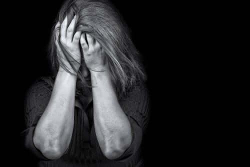 Traumaperäinen stressihäiriö naisella.