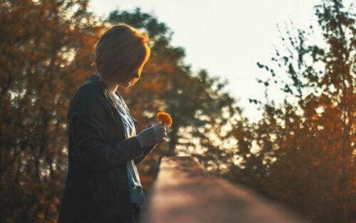 Kyvyttömyys tuntea tyytyväisyyttä ja onnellisuutta nykyhetkessä kulminoituu lykätyn onnellisuuden oireyhtymässä