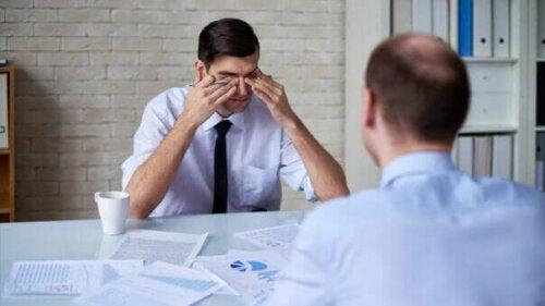 Liiallinen työnteko voi johtaa henkiseen ja fyysiseen uupumukseen, joka puolestaan laskee työnteon tehokkuutta ja antoisuutta
