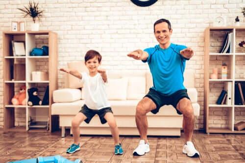 Isä ja poika jumppaavat kotona.