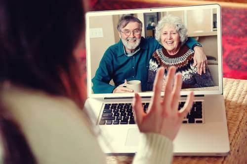 Videopuhelu isovanhempien kanssa.