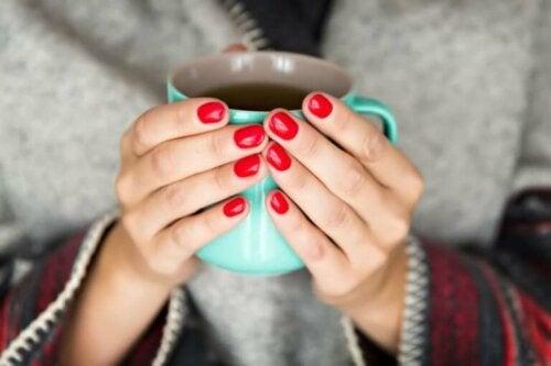 Kuukautisia edeltävä oireyhtymä johtaa monilla naisilla nesteiden kertymiseen, minkä vuoksi kahvin ja alkoholin kulutusta kannattaa tänä aikana välttää