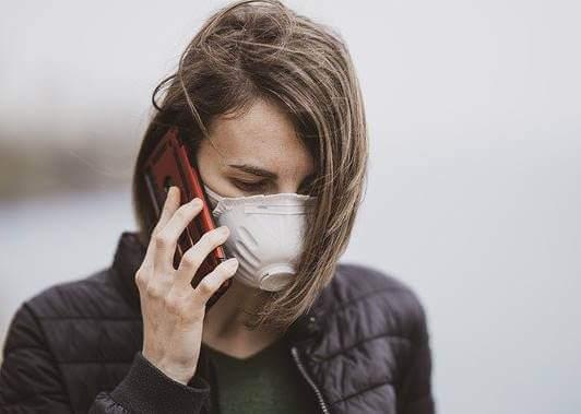 Nainen pandemian aikaan.