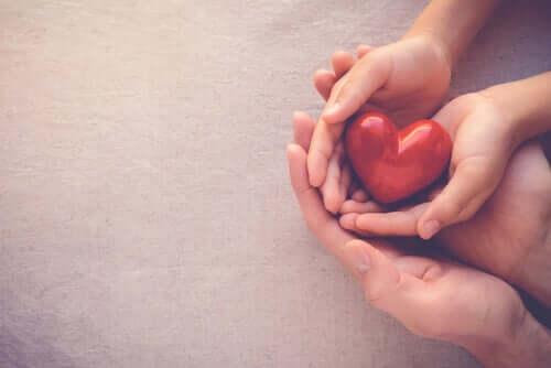 Isot ja pienet kädet ja sydän.