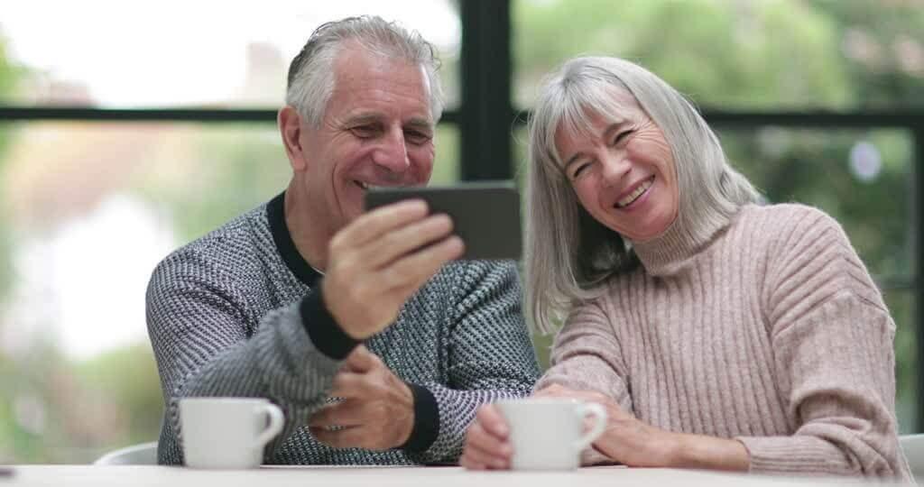 Isovanhemmat ottavat selfien.