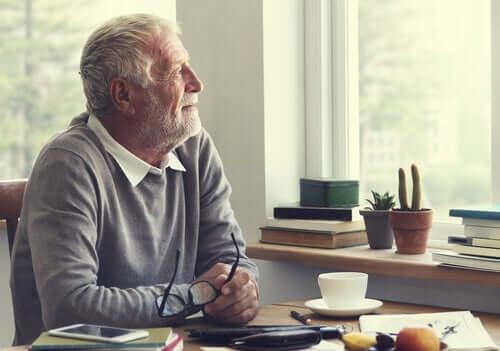 Vanha mies miettii, miten hallita negatiivisia ajatuksia karanteenin aikana.
