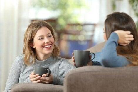 Tietoinen kuunteleminen on tärkeä taito ihmissuhteissa.