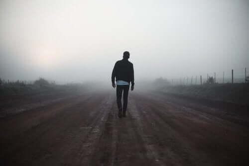 Mies kulkee sumussa, koska hän ei pysty tekemään päätöstä.