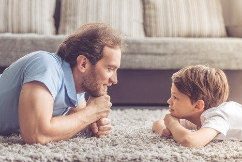 Empatian kehittyminen lapsuudessa käsittää eri vaiheita