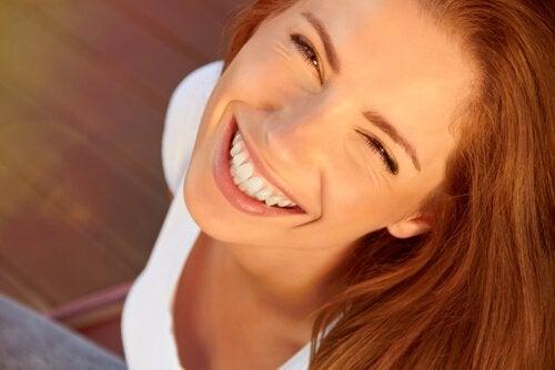 Ylähampaat paljastavalla hymyllä on tutkimusten mukaan tapana vapauttaa endorfiineja ja aktivoida aivojen tyytyväisyydestä vastaavia piirejä