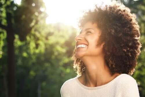 Henkilökohtaisen hyvinvoinnin taito sisältää positiivista asennetta.