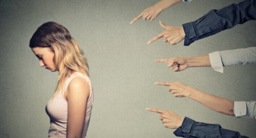 Syyllistävän manipuloinnin mekanismi koostuu siitä, että ihminen loukkaa psykologisen väkivallan avulla toista, jotta häntä itseään ei voitaisi kyseenalaistaa