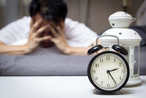 Epätoivoinen mies miettii, mikä olisi paras hoito unettomuuteen.