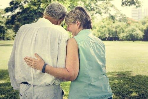 Rakastuminen yli 50-vuotiaana on nykyään normaalimpaa kuin ennen.