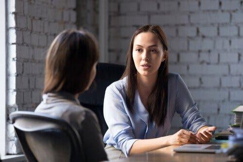 Psykologinen ruumiinavaus sisältää haastatteluja.