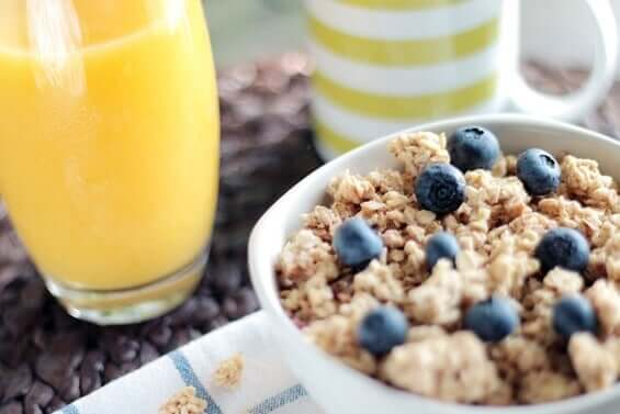 Aamiaisten avulla parannat mielialaa: mustikat ovat hyvä vaihtoehto.