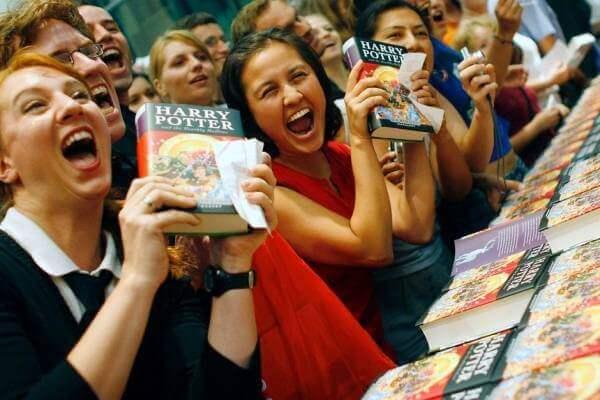 Harry Potter -fanikunta ostamassa uutta kirjaa.