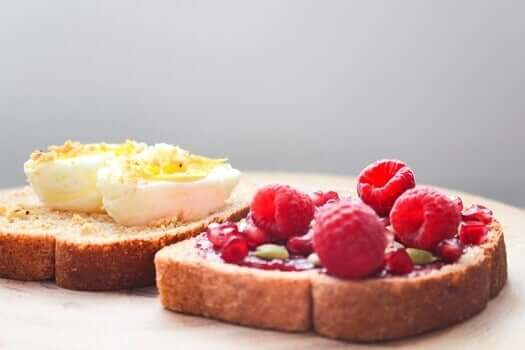 Kananmunat ja marjat tarjoavat energiaa koko aamuun ilman turhia piikkejä verensokerissa