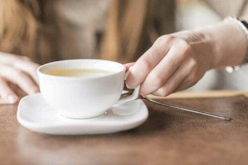 Valkoinen tee sisältää huomattavasti enemmän antioksidantteja kuin musta tai vihreä tee