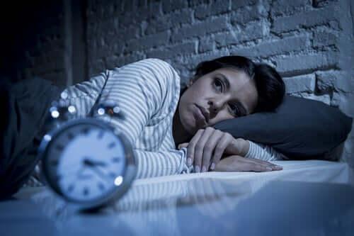 Hypnomania voi olla sekä muiden häiriöiden syy että seuraus, ja se voi jopa peittää alleen muita unihäiriöitä