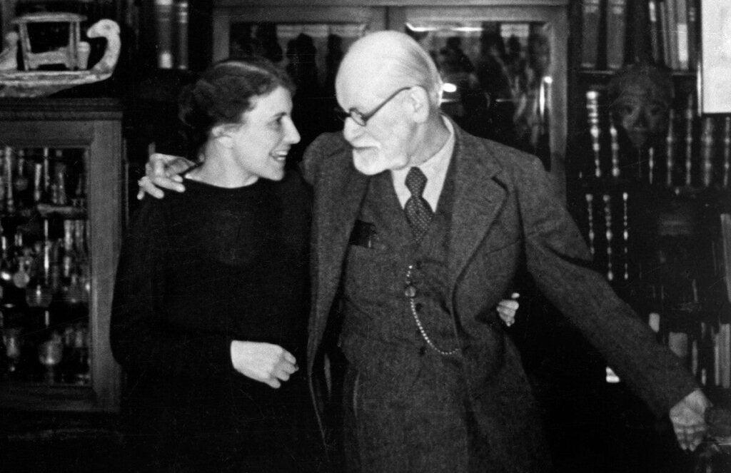 Kuuluisan psykiatri Sigmund Freudin tytär Anna Freud on tarjonnut omilla tutkimuksillaan perustavanlaatuisia löydöksiä psykiatrian alalla