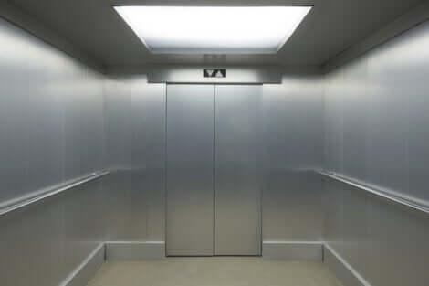 Hissifobia saa henkilön pelkäämään hissillä kulkemista