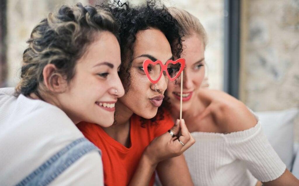 Ihmiset ovat sosiaalisia olentoja ja aivomme tarvitsevat laadukasta vuorovaikutusta vertaistensa kanssa löytääkseen turvallisuuden tunteen