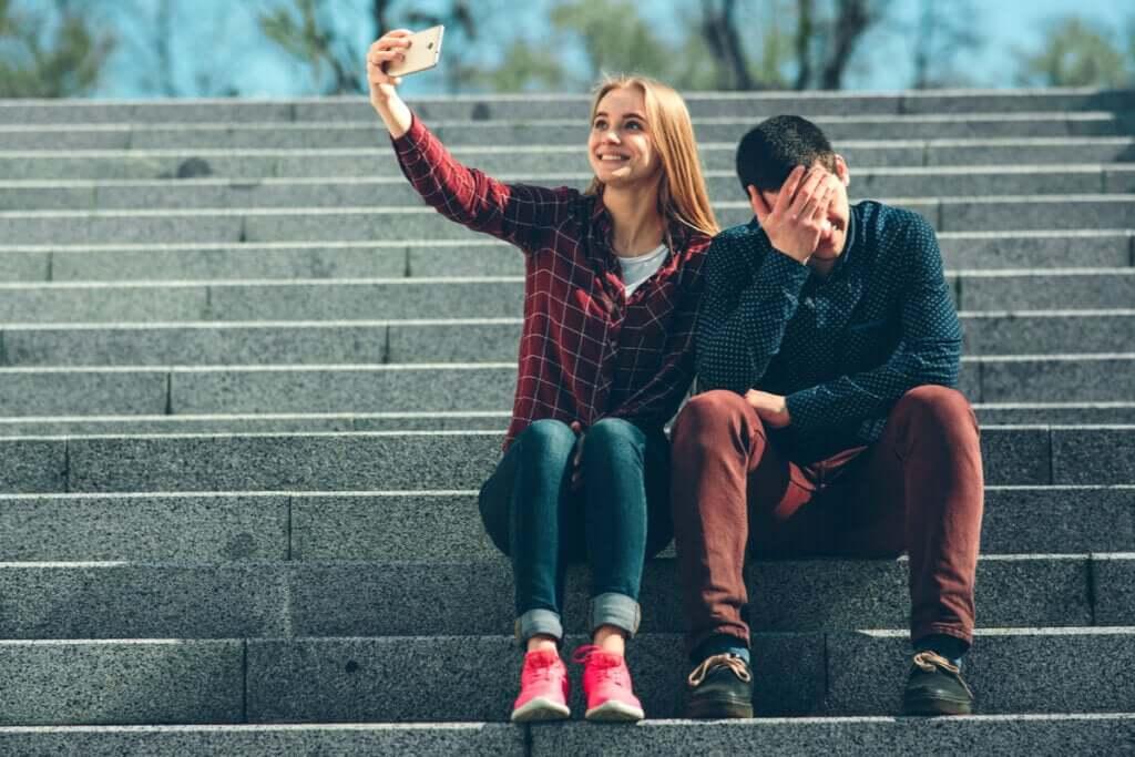 Patologinen etäisyys sen välillä mitä tunnemme ja mitä näytämme sosiaalisessa mediassa