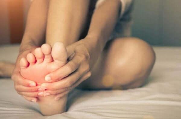 Polttavien jalkojen oireyhtymä: syyt ja oireet