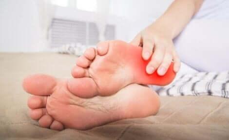 Polttavien jalkojen oireyhtymä aiheuttaa jalkaterien polttelua