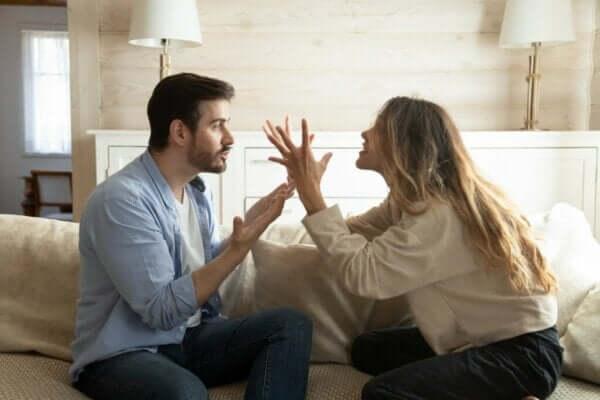 Kuinka katkaista negatiivisen vuorovaikutuksen kierre parisuhteessa