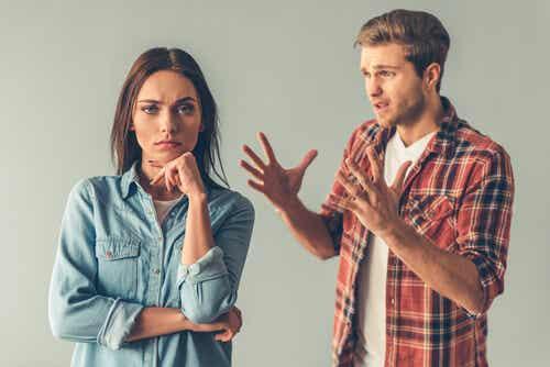 Manipuloivalla ihmisellä on taito siirtää negatiiviset piirteensä tai vastuu omasta käytöksestään toiselle ihmiselle