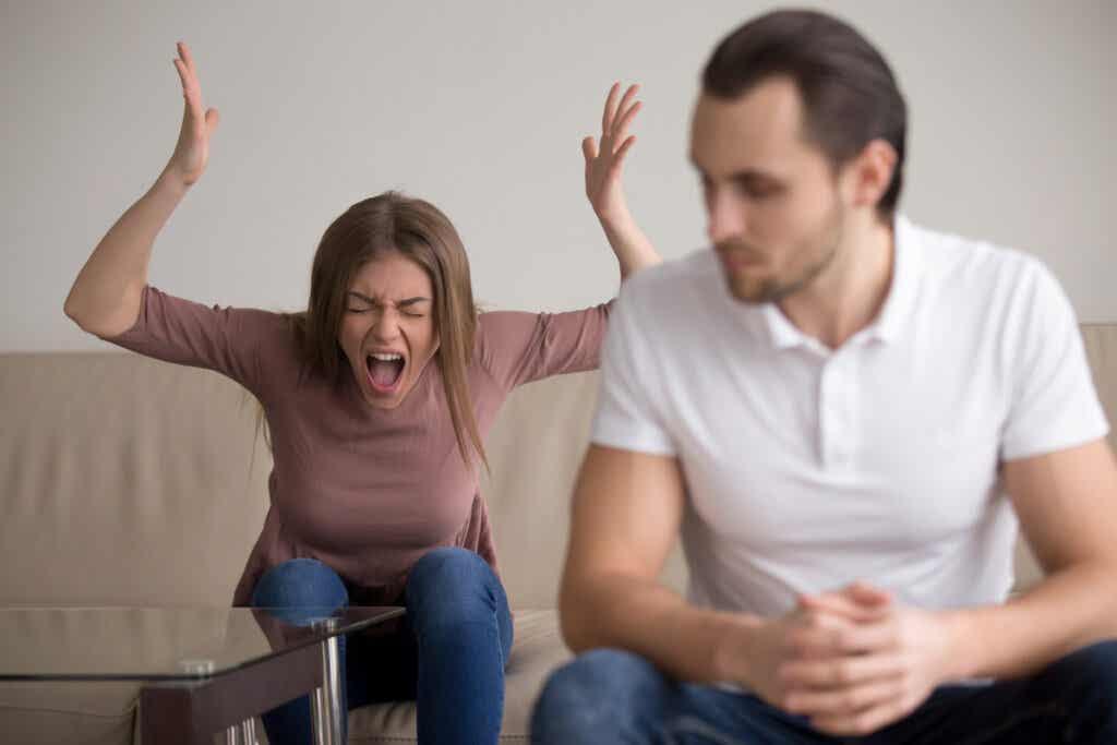 Eripurainen ihminen ei yleensä osaa käsitellä tunteitaan oikealla tavalla, syyttää kaikesta aina muita ja reagoi tilanteisiin äärimmäisellä tavalla