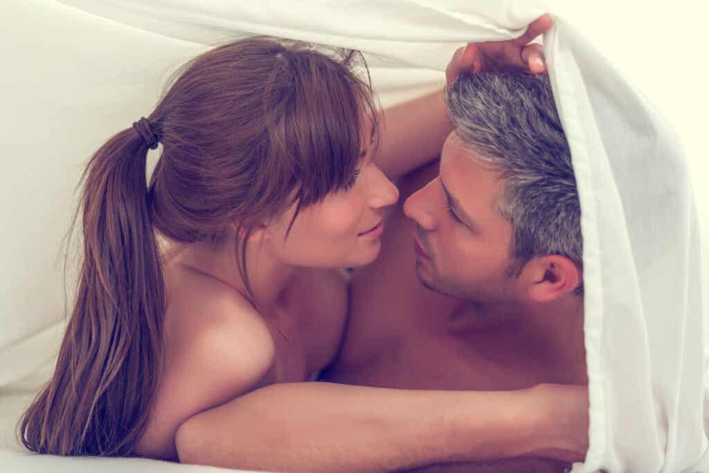 Kumppani voi masturboida miestä monin eri tavoin.