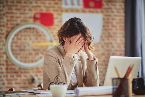 Perfektionismi töissä voi vaikeuttaa aikataulussa pysymistä