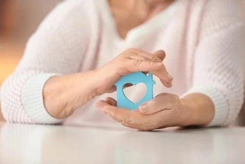 Autetaan vanhuksia asumaan omassa kodissaan vanhuuden päivinään