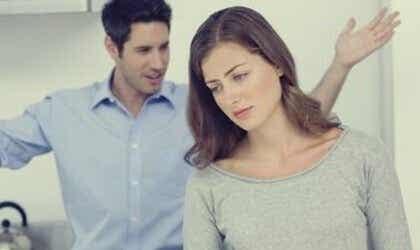 Osoittaako kumppanisi merkkejä passiivis-aggressiivisesta käyttäytymisestä?